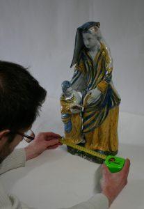 Vérification des dimensions d'une sculpture.