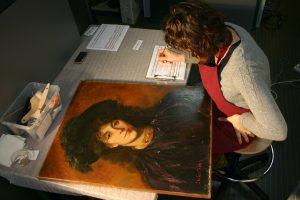 Réalisation du constat d'état d'une peinture.
