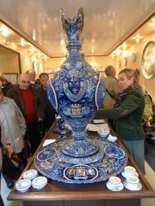 Excursion des Amis du musée: visite guidée du musée de la faïence de Nevers.
