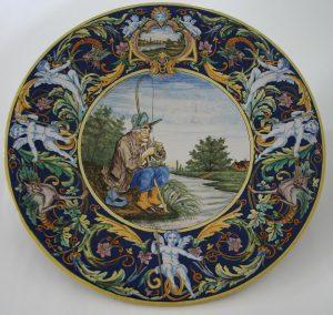 Plat à décor de pêcheur, faïence de Nevers, fin XIXe siècle.