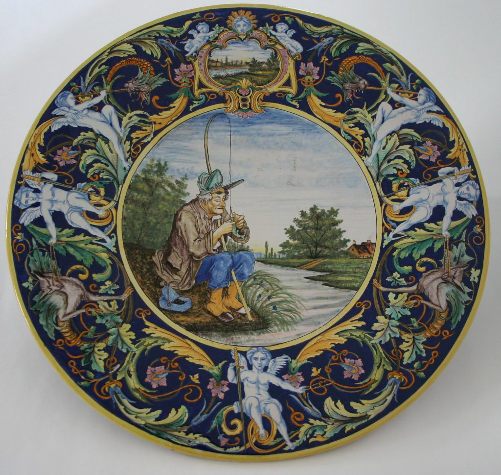 Plat à décor de pêcheur, faïence de Nevers
